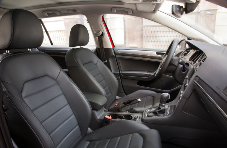 does the 2017 Golf Alltrack have sport seats?