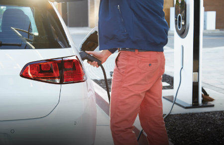 charging the 2016 vw e-golf at a charging station