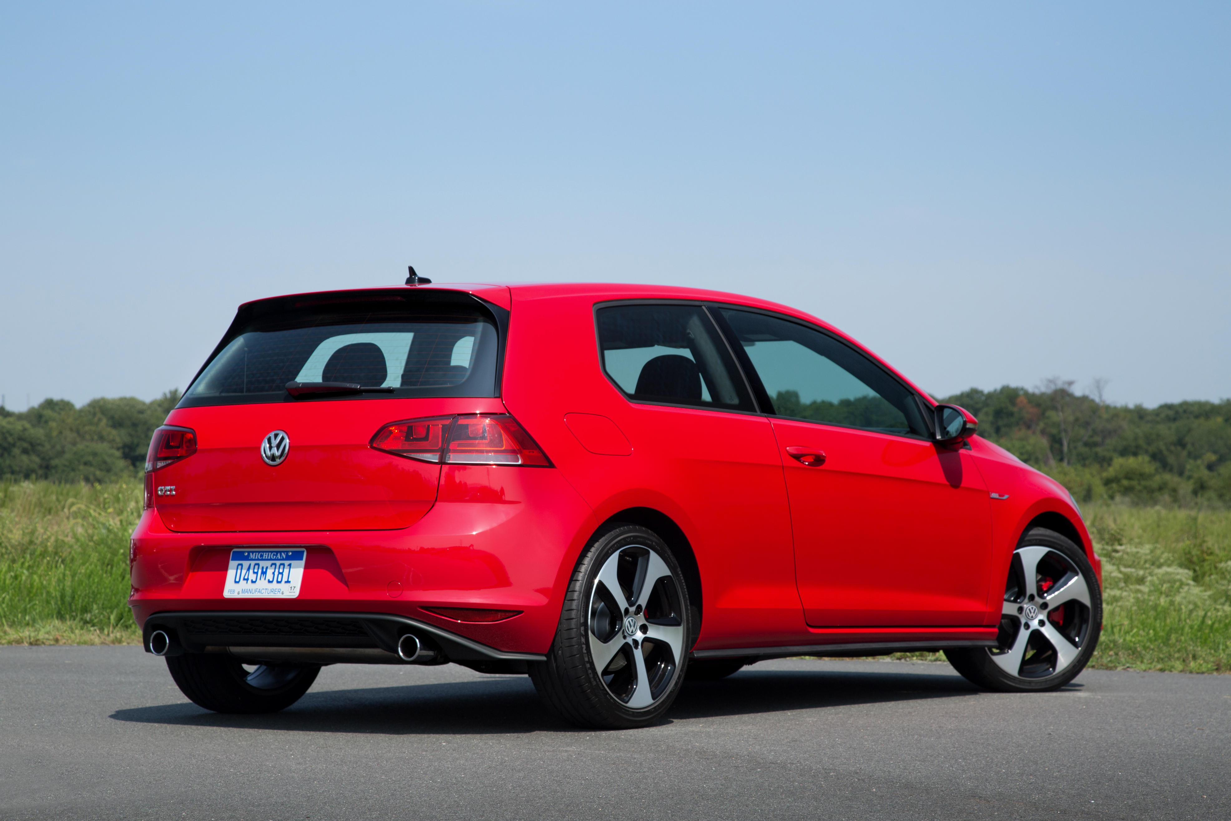 2016 volkswagen golf r vs gti. Black Bedroom Furniture Sets. Home Design Ideas