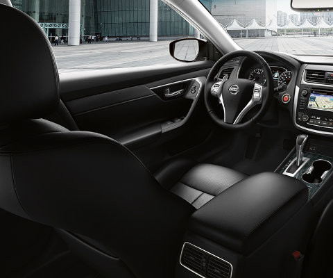 which 2017 nissan altima has leather seating?