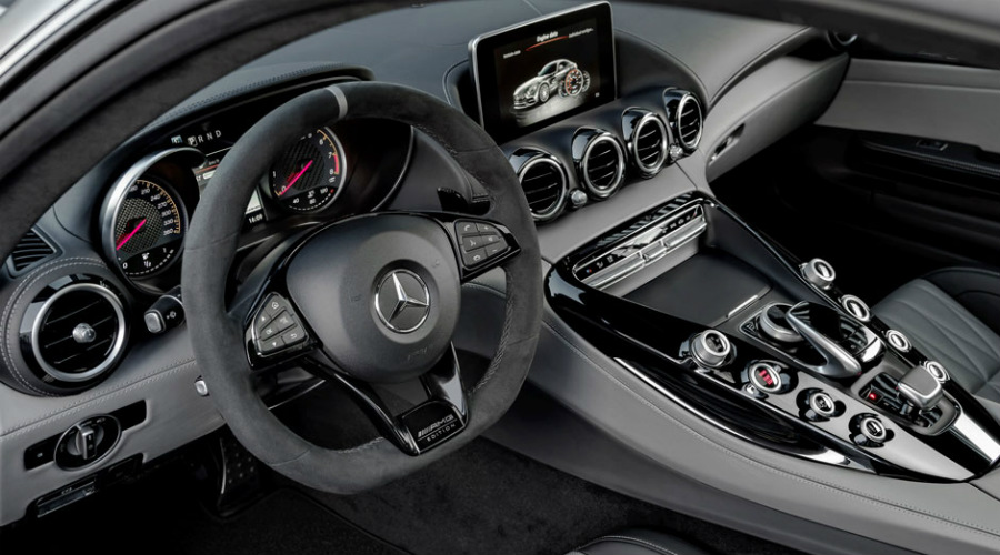 Steering wheel and instrument panel of the 2018 Mercedes-Benz AMG® GT C