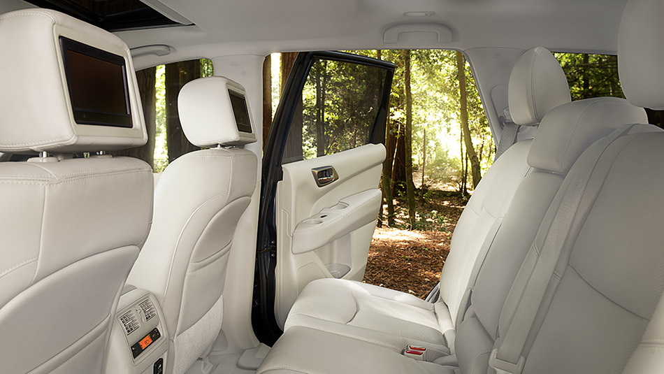 Does the 2016 Nissan Pathfinder have a moonroof?