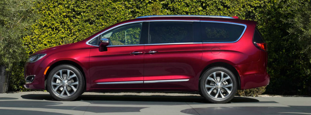 2017 chrysler pacifica hybrid photo gallery at chicago auto show. Black Bedroom Furniture Sets. Home Design Ideas
