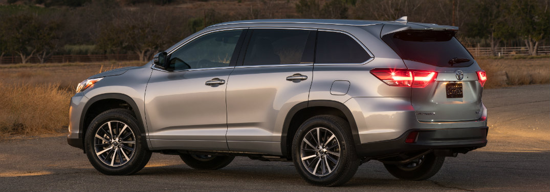 what safety features come standard on the 2017 toyota highlander. Black Bedroom Furniture Sets. Home Design Ideas
