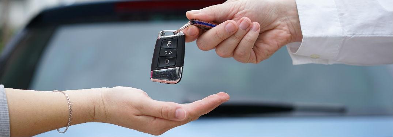 car dealership hands over keys to car buyer