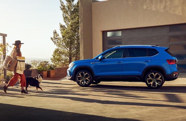 2022 Volkswagen Taos blue side view