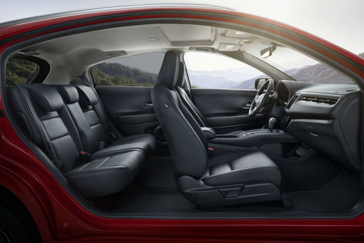 Side view of the two rows of seating inside the 2019 Honda HR-V