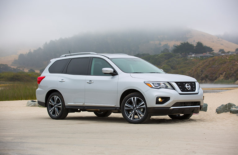 2018 nissan pathfinder in front of smoky mountain backdrop