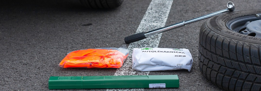 What to put inside an emergency roadside kit for your vehicle?