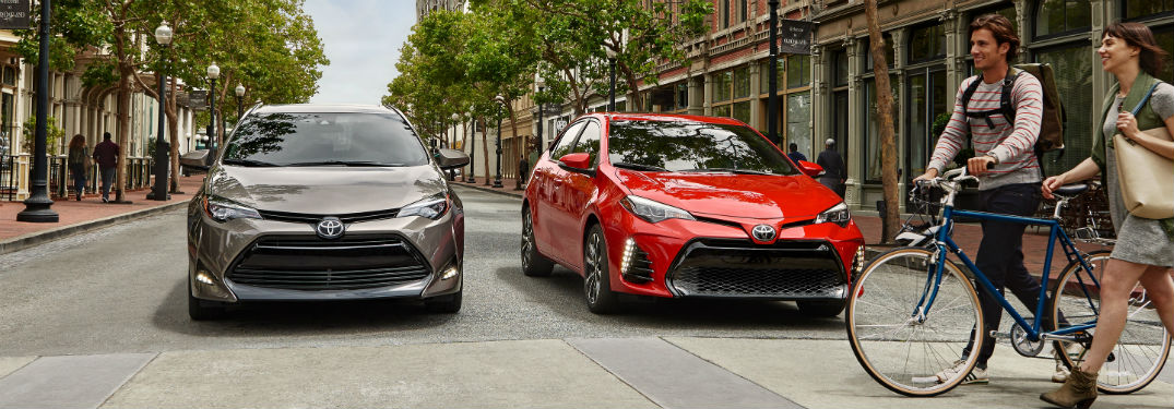 2019 toyota corolla xle and xse side by side in city street