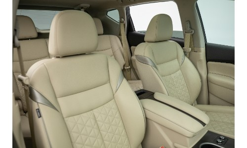 2019 Nissan Murano interio shot of bright beige leather upholstery seating