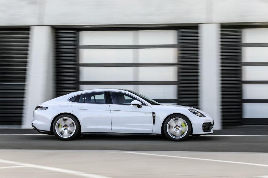 A right profile photo of the 2021 Porsche Panamera.
