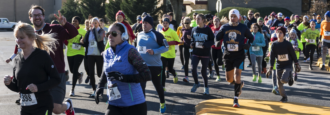 runners in a thanksgiving turkey trot