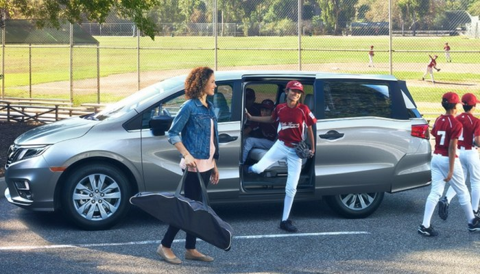 A family getting out of a 2020 Honda Odyssey