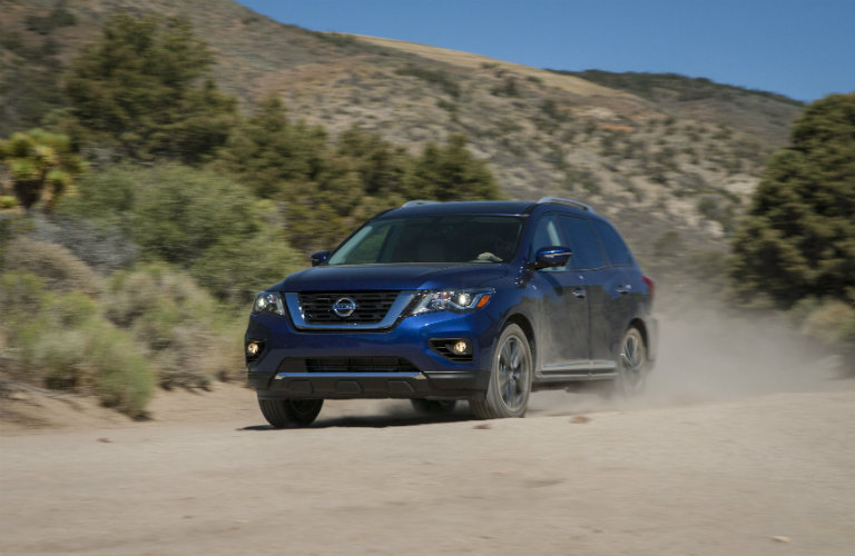 2018-Nissan-Pathfinder-driving-on-dirt-road