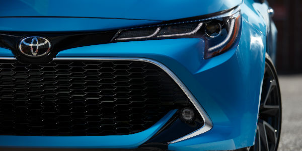 Front End View of the 2019 Toyota Corolla Hatchback in Blue