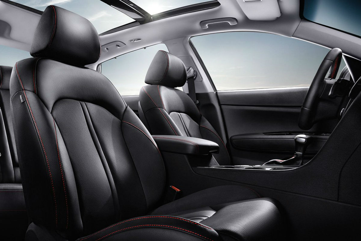 Side view of the 2018 Kia Optima's front seats