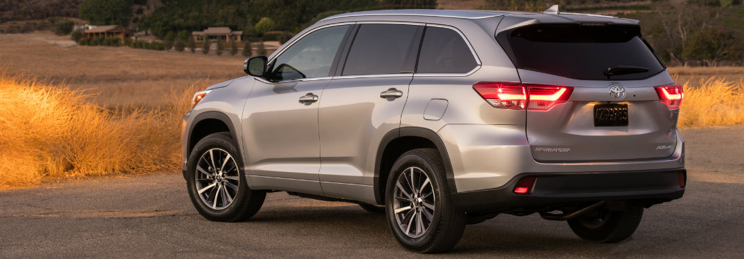 How to turn on the rear windshield wiper in the Toyota Highlander