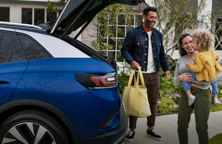Family putting luggage in the 2021 Volkswagen ID.4