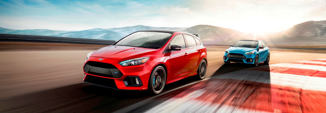 red 2018 Ford Focus RS and blue 2018 Ford Focus RS racing on a track