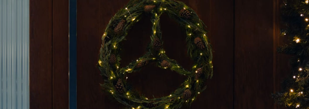 Christmas wreath shaped like the Mercedes-Benz logo