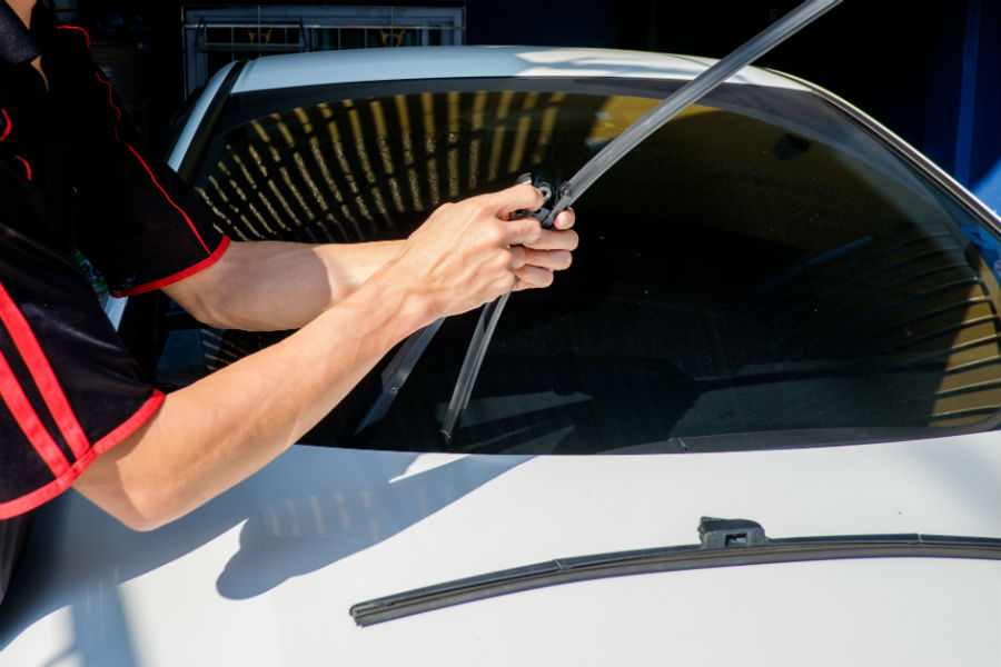 How to change the windshield wiper blades of your car