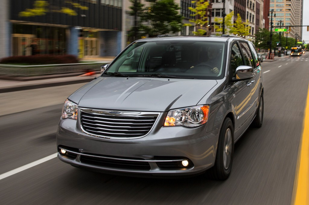 Town And Country Toyota >> 2014 Toyota Sienna Vs 2014 Chrysler Town And Country