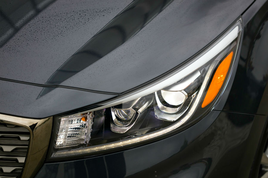 headlamp-on-2019-kia-sedona-sx-l_o - Friendly Kia