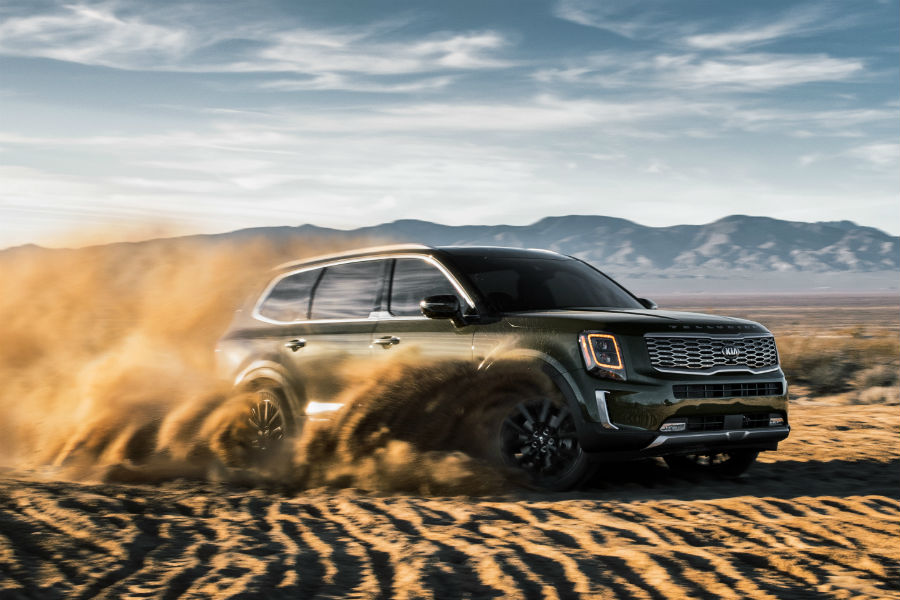2020 Kia telluride driving in desert over dust