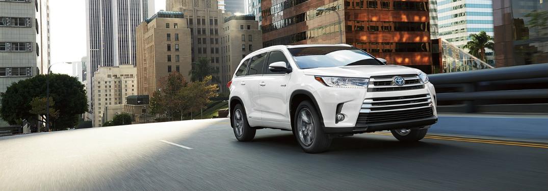 white 2018 Toyota Highlander front side