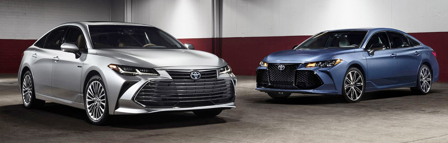 Silver and Blue 2019 Toyota Avalon models side by side in a showroom