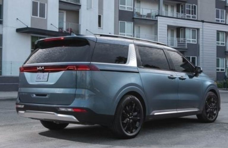 2022 Kia Carnival rear view with side view