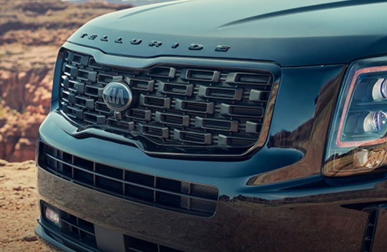 2022 Kia Telluride logo view and tiger-nose grille