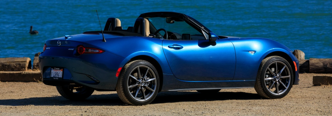 What color tops are available on the 2019 Mazda MX-5 Miata?