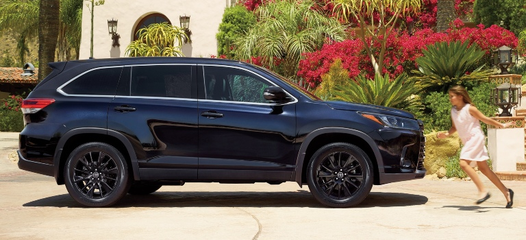 2019 Toyota Highlander with black wheels side view