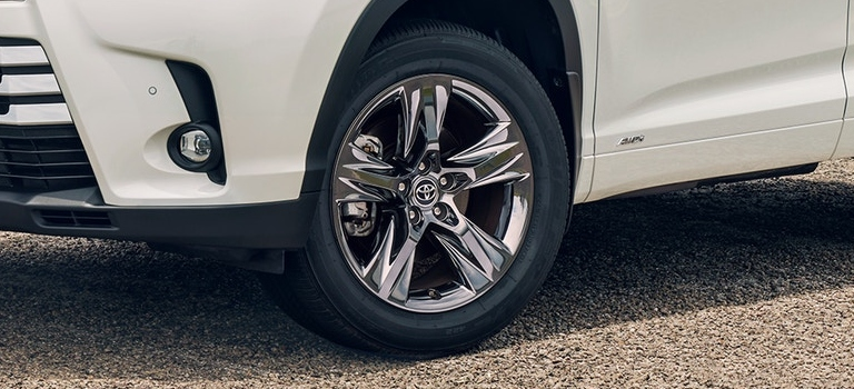 2019 Toyota Highlander Limited rim closeup