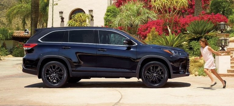 2019 Toyota Highlander black side view with people