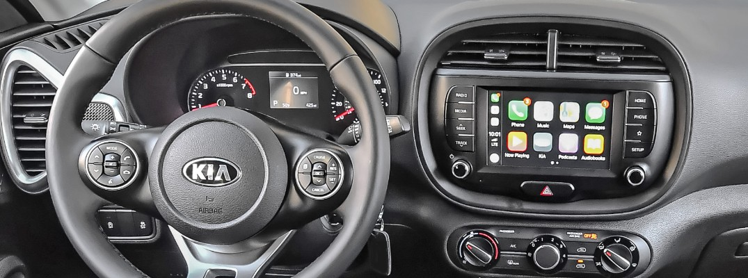 Steering wheel and infotainment system in the Kia Soul