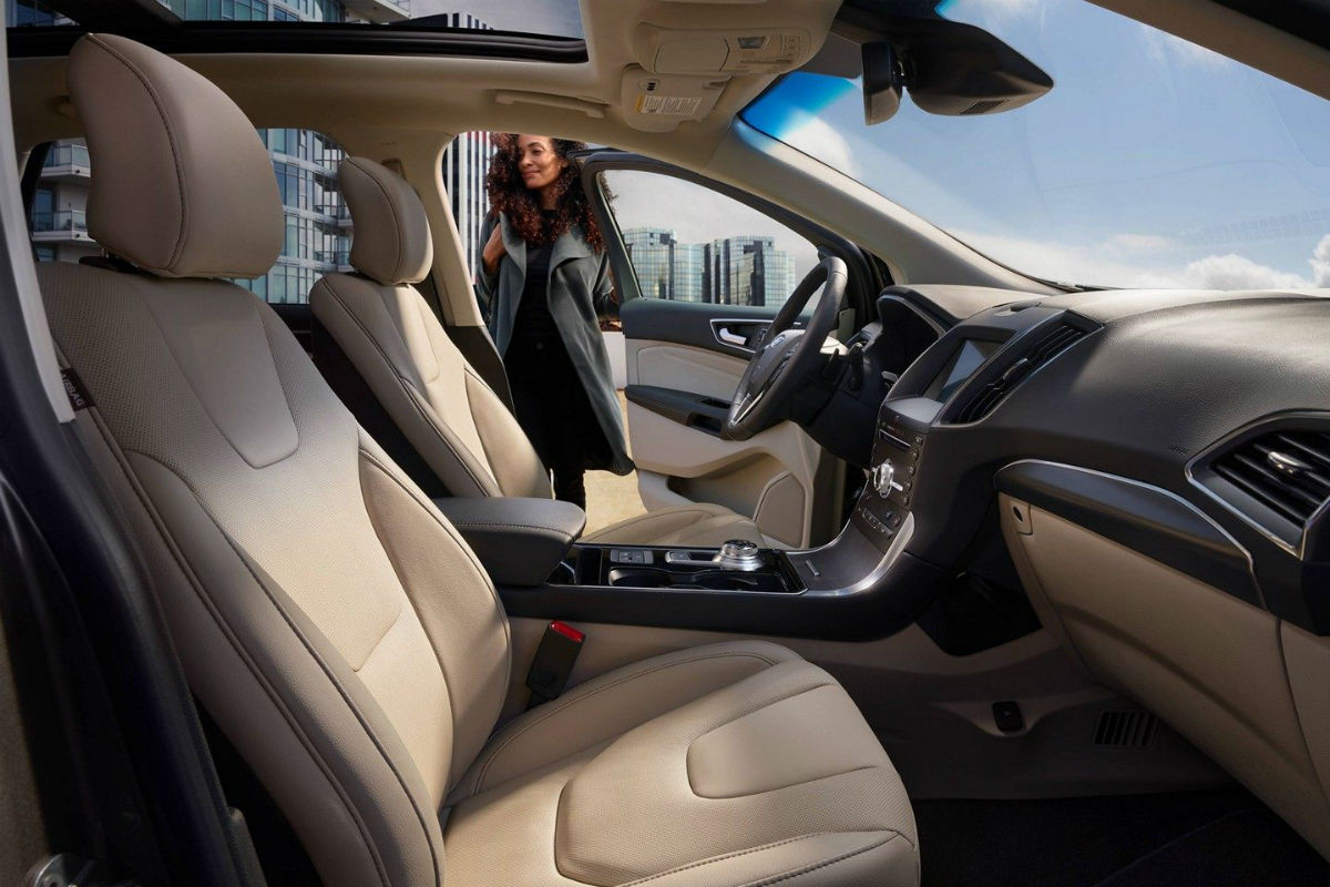 Side view of the front seats in the 2019 Ford Edge