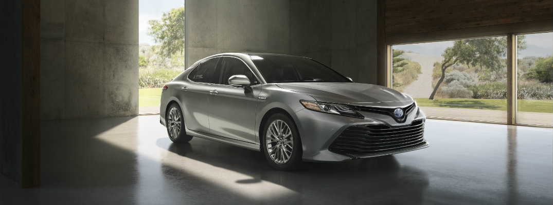 What is the 2018 Toyota Camry Hybrid mpg?