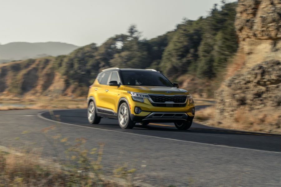 A front right photo of the 2021 Kia Seltos on the road.
