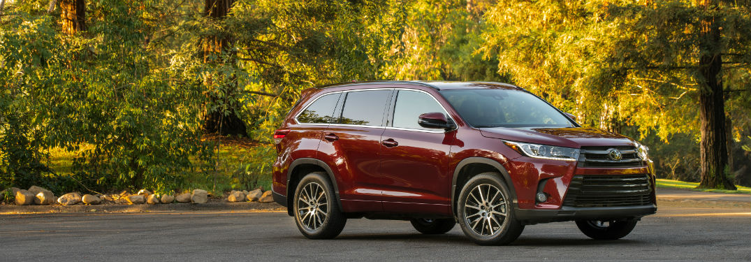 2018 toyota highlander parked outside
