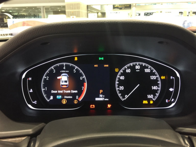 driver instrumentation display on the2018 Honda Clarity Plug-in Hybrid at the Chicago Auto Show 2018