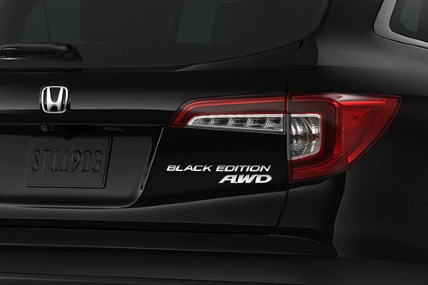 Closeup of badging on 2020 Honda Pilot Black Edition