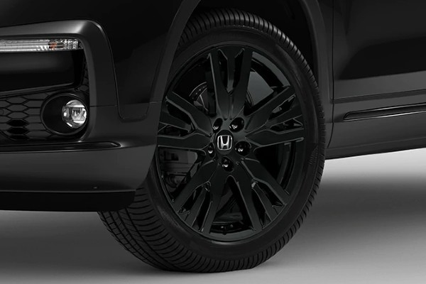 Closeup of wheel on 2020 Honda Pilot Black Edition