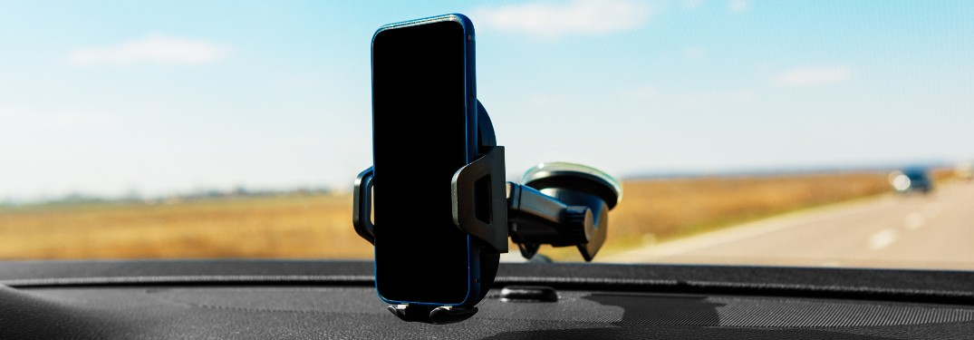 phone holder on windshield holding phone black screen