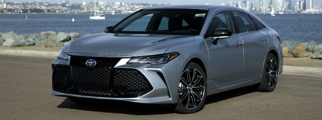 A front left quarter photo of the 2019 Toyota Avalon parked in front of a skyline.