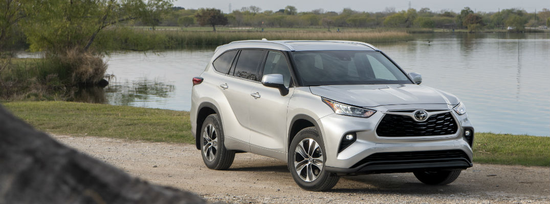 A front right quarter photo of the 2020 Toyota Highlander.