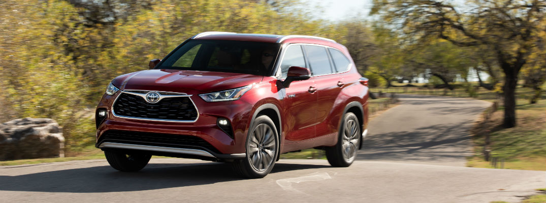 A front left profile photo of the 2020 Toyota Highlander Hybrid on the road.
