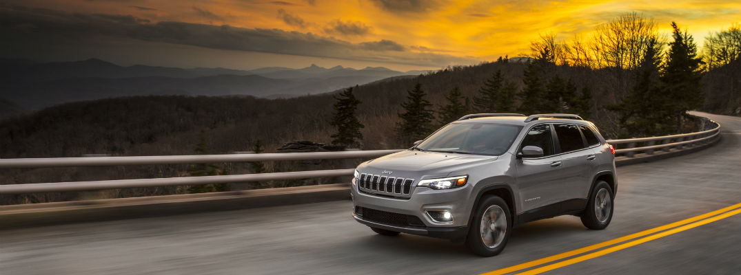A left profile view of the 2019 Jeep Cherokee driving on the highway